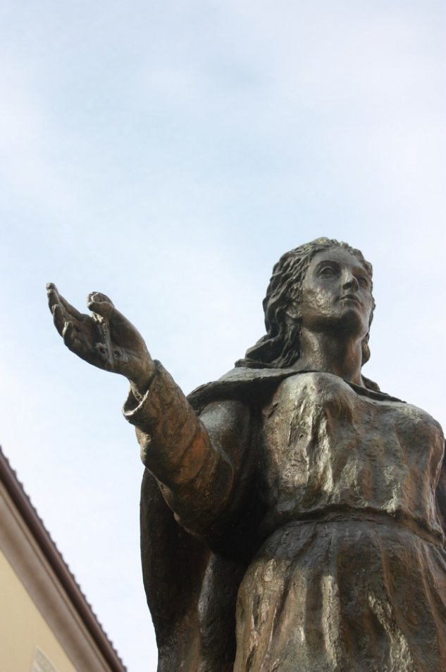 Sculpture of Jimena Blázquez in Plaza de San Miguel, Ávila. She holds the keys to the city.